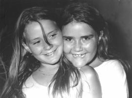 portrait photo de deux jeunes filles