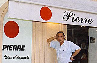 Pierre Boullet debout devant son studio à St-Tropez
